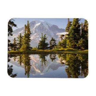 El Monte Rainier reflejó en un Tarn cerca del pico Iman Flexible