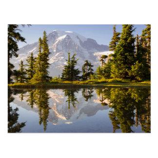 El Monte Rainier reflejó en un Tarn cerca del pico Postal