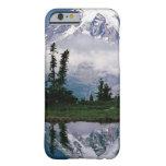 El Monte Rainier relected en una montaña el Tarn Funda Para iPhone 6 Barely There
