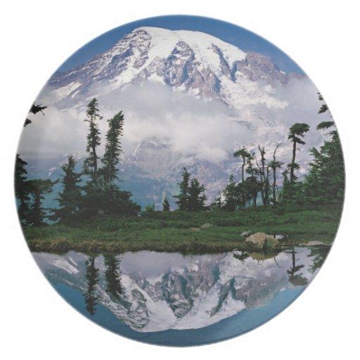 El Monte Rainier relected en una montaña el Tarn Plato De Cena