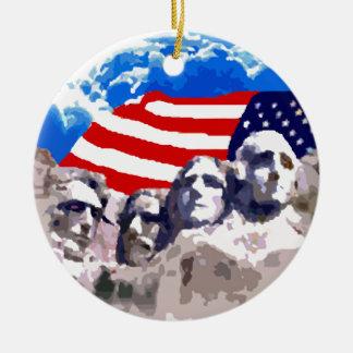 El monte Rushmore con la bandera americana Adorno Navideño Redondo De Cerámica