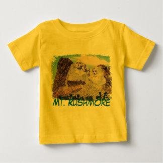 El monte Rushmore pintó la camisa del bebé