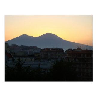 El monte Vesubio en la salida del sol Postal