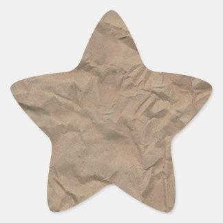 El moreno arrugó la textura de papel pegatina en forma de estrella