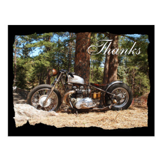 El motorista de la motocicleta agradece la postal