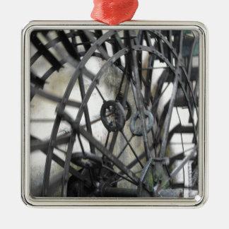 El movimiento rotatorio del agua rueda adentro un adorno navideño cuadrado de metal