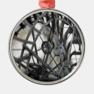 El movimiento rotatorio del agua rueda adentro un adorno navideño redondo de metal