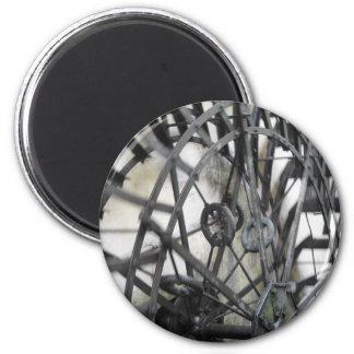 El movimiento rotatorio del agua rueda adentro un imán redondo 5 cm