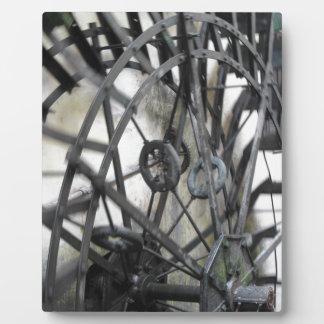 El movimiento rotatorio del agua rueda adentro un placas con foto