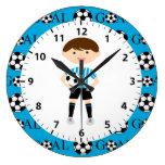 El muchacho 1 del fútbol azul claro y el blanco ra reloj