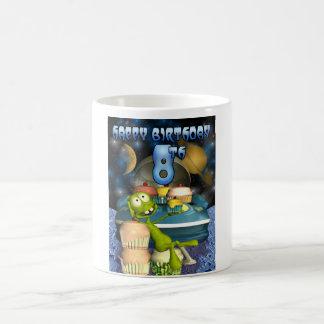 El muchacho de 8vo Plantet feliz del cumpleaños, O Taza De Café