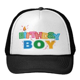 El muchacho de Bithday pone letras al gorra