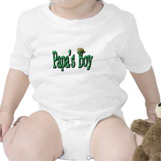 El muchacho de la papá traje de bebé