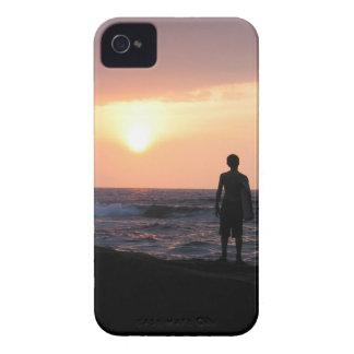 El muchacho de la persona que practica surf iPhone 4 Case-Mate fundas
