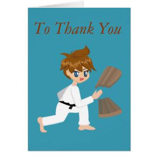 El muchacho de los artes marciales que rompe al ta tarjeta de felicitación