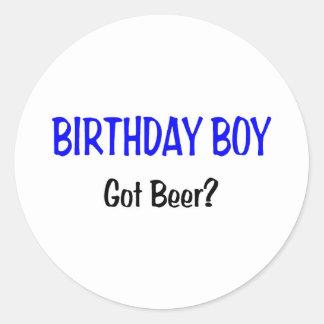El muchacho del cumpleaños consiguió el azul de la pegatina redonda