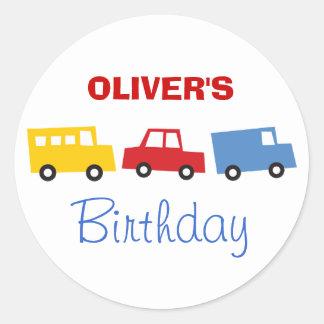 El muchacho del cumpleaños juega los camiones pegatina redonda