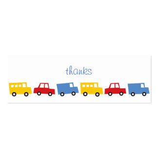 El muchacho del cumpleaños juega los camiones tarjetas de visita mini