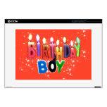 El muchacho del cumpleaños mira al trasluz el portátil calcomanía