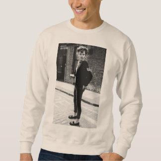 El muchacho del peluche busca la camiseta del suéter