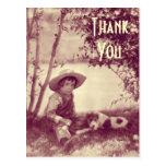 El muchacho del vintage con el perro en descanso l tarjeta postal
