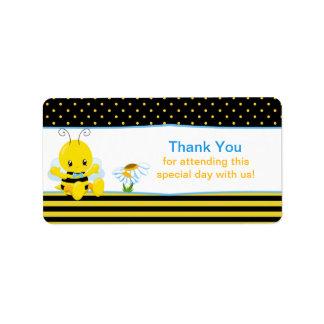 El muchacho dulce de la abeja del bebé le agradece etiqueta de dirección
