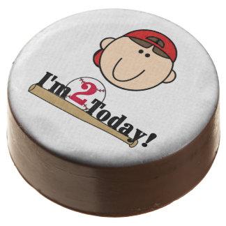 El muchacho en el 2do cumpleaños del béisbol rojo