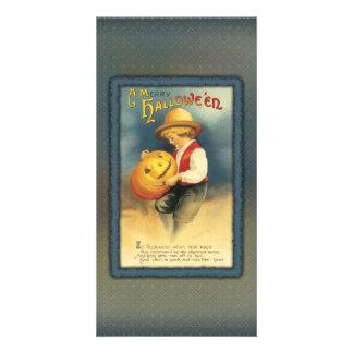El muchacho joven está tallando una linterna del o tarjetas fotográficas personalizadas
