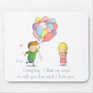 El muchacho lindo comparte su amor al chica con lo mouse pad