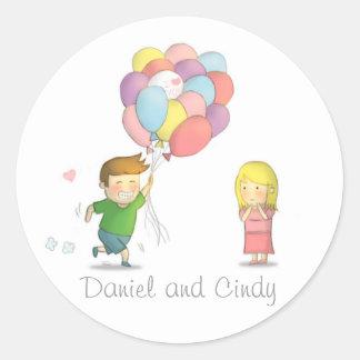 El muchacho lindo comparte su amor al chica con pegatina redonda