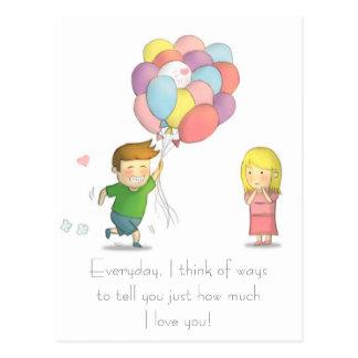 El muchacho lindo confiesa su amor al chica con lo postales