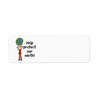 El muchacho protege nuestras camisetas y regalos d etiqueta de remite