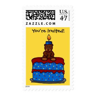 el muchacho refiere el sello de la invitación de