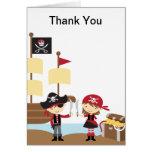 El muchacho y el chica del pirata le agradecen las