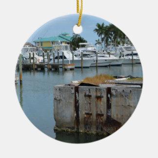 el muelle aherrumbrado pie perfora el puerto adorno navideño redondo de cerámica