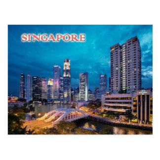 El muelle y el horizonte de Singapur en la noche Postales