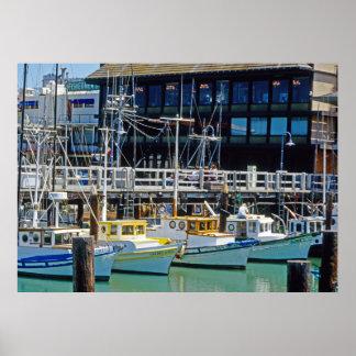 El muelle y los barcos del pescador posters