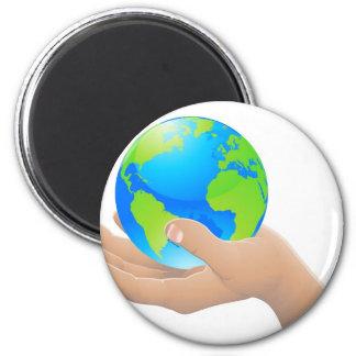 El mundo en su concepto de la mano imán redondo 5 cm