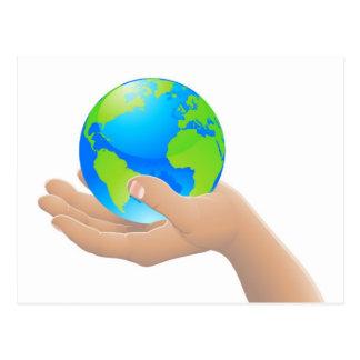 El mundo en su concepto de la mano tarjeta postal