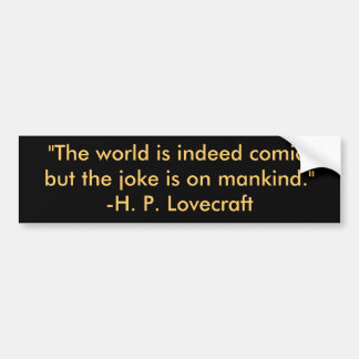 """""""El mundo es de hecho cómico, pero el chiste está  Etiqueta De Parachoque"""