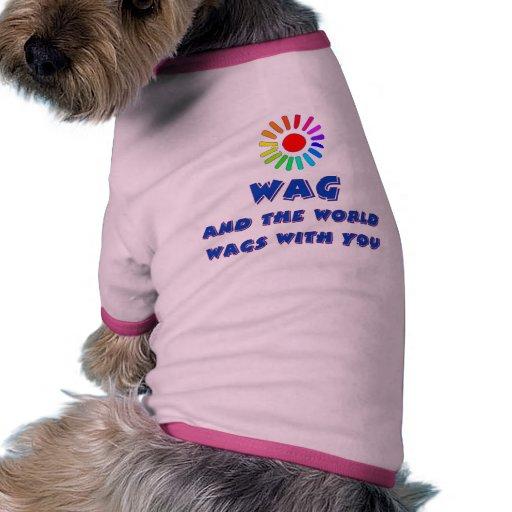 El mundo menea con usted camiseta de perro