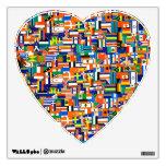 """El mundo señala"""" al pegatina de la pared por medio"""