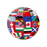 El mundo señala por medio de una bandera alrededor reloj