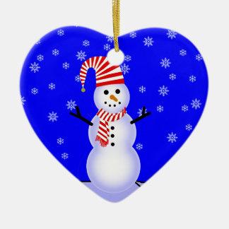 El muñeco de nieve, caramelo rayó el ornamento del adorno navideño de cerámica en forma de corazón