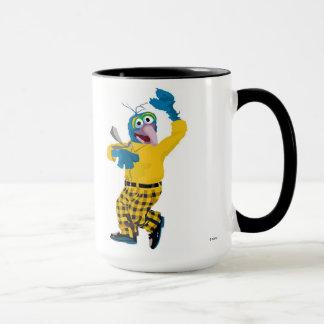 El Muppet Gonzo vestido encima de agitar Disney Taza