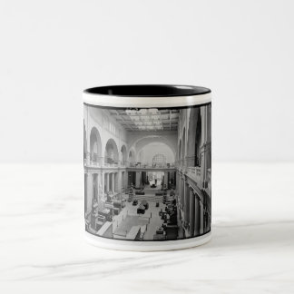 El museo egipcio (interior) circa 1934 taza de dos tonos