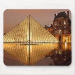 El museo en la noche, París, Francia del Louvre Tapete De Raton