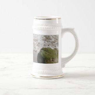 El musgo cubrió las rocas, taza