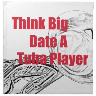 """El músico de la tuba """"piensa"""" la cocina grande que servilleta imprimida"""