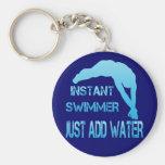 El nadador inmediato apenas añade el agua llaveros personalizados
